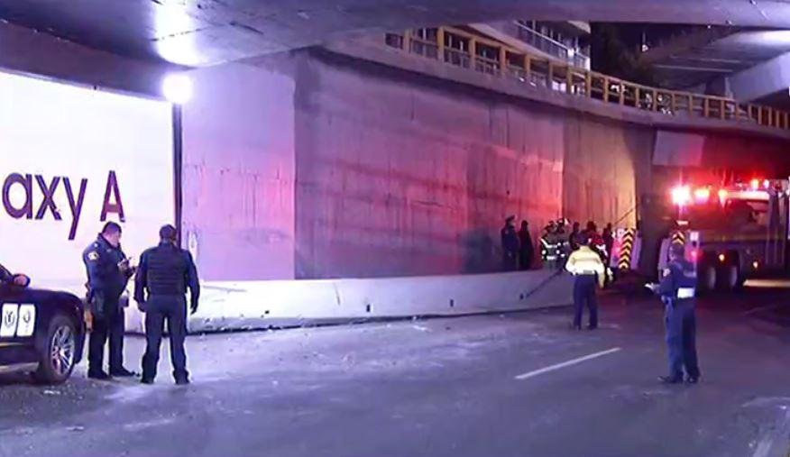 Trabe de concreto que cayó en carriles centrales de Periférico, en la CDMX (Noticieros Televisa)