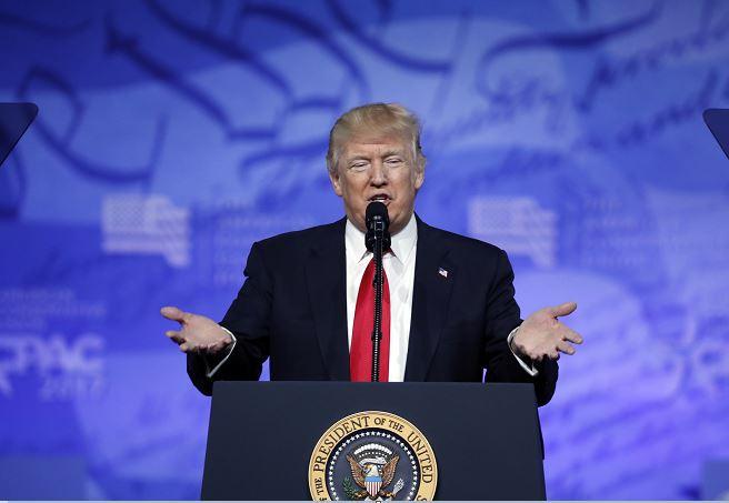 El presidente Donald Trump habla en la Conferencia de Acción Política Conservadora (CPAC), realizada en Oxon Hill, Maryland (AP)