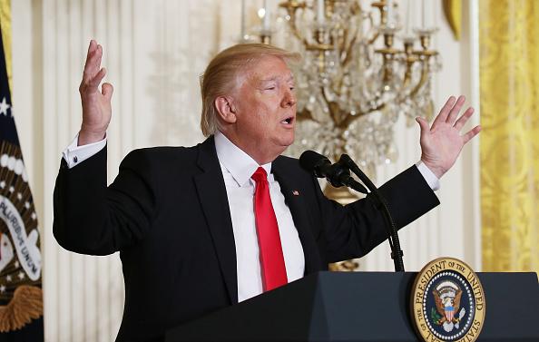 En su mensaje semanal, Trump señaló que la primera de ellas elimina una regulación anti-carbón que dará alivio a los trabajadores mineros (Getty Images/Archivo)