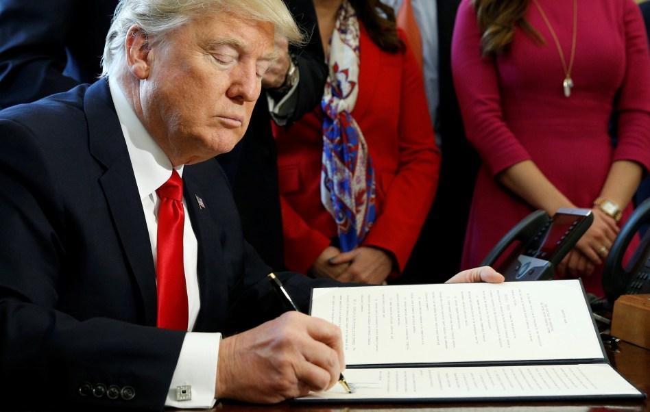 Donald Trump firmó dos órdenes ejecutivas para iniciar la revocación de la ley Dodd-Frank. (Reuters)