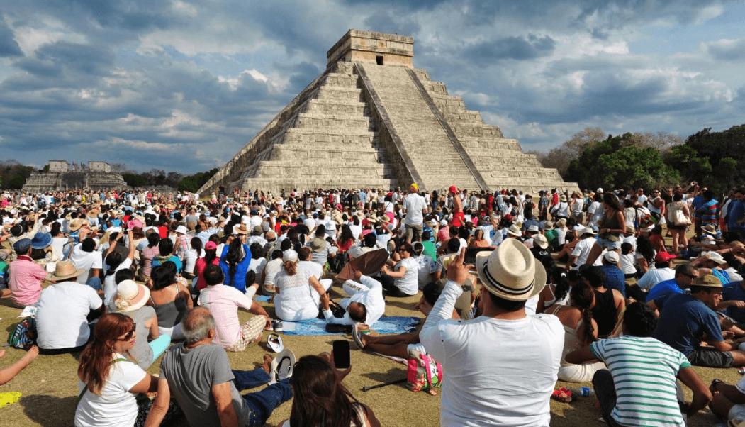 El diario francés Le Figaro ilustró su artículo con una imagen de turistas extranjeros en el sitio arqueológico de Chichén Itzá en Yucatán. (@Le_Figaro)