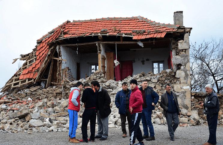 Viviendas en 11 comunidades, en la ciudad de Ayvacik, fueron afectadas por los dos sismos que han sacudido a Turquía este lunes (AP)