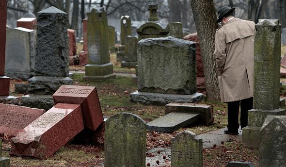 Un centenar de lápidas fueron derribadas en un cementerio judío en St. Louis, en Misuri, Estados Unidos.