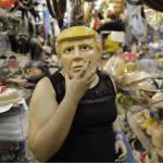 Una mujer se prueba una máscara de Donald Trump en una tienda de Sao Paulo, Brasil. (AP)