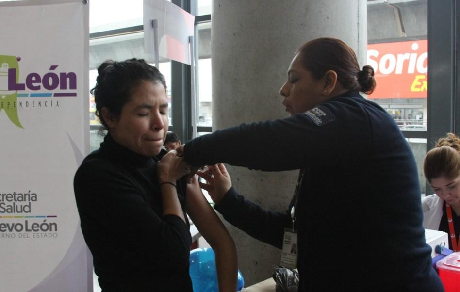 Vacunan contra la influenza en la Central de Autobuses de Monterrey, NL (Notimex)
