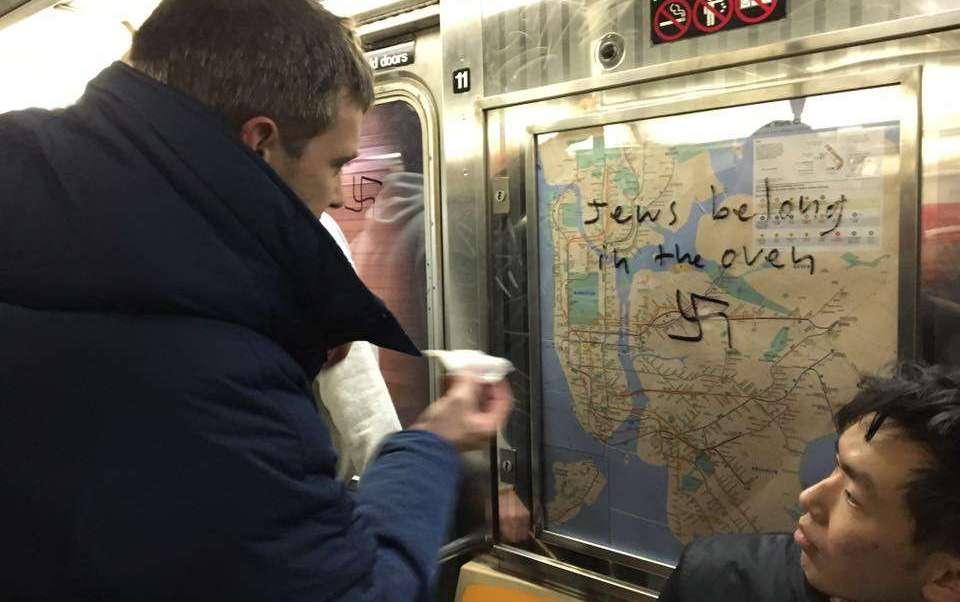 Varios neoyorkinos borraron mensajes antisemitas pintados en el metro de la ciudad.