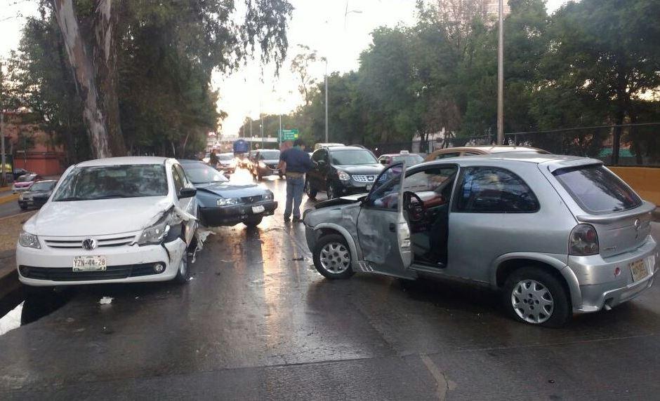 Vehículos afectados por un choque múltiple en Río Churubusco, en la CDMX. (Twitter/@luismiguelbaraa)