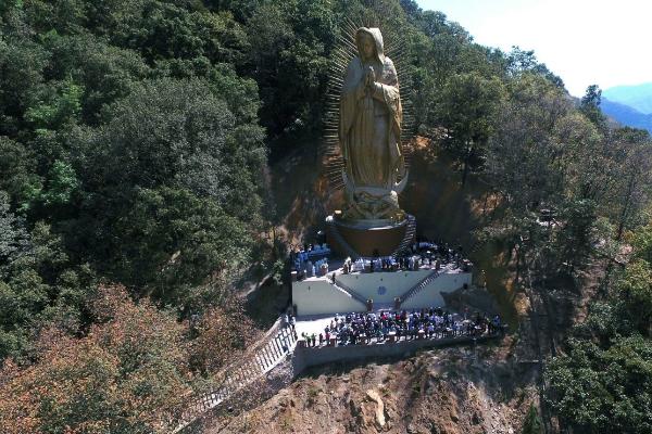 Virgen monumental ubicada en la comunidad de El Ahuehuete del municipio de Ocuilán, Estado de México; la imagen se encuentra aledaña al Santuario de Chalma (Twitter @HARUMI_ELI)