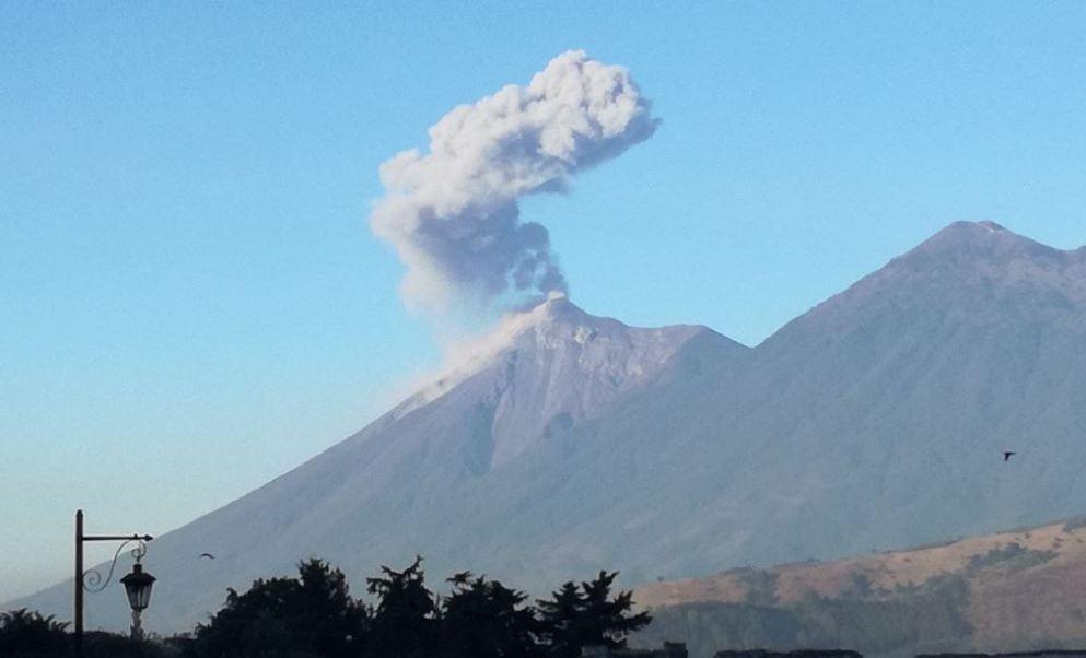 """La actividad explosiva que presenta el volcán de Fuego puede generar caída de balísticos en la """"meseta"""", por lo que se recomienda a los turistas no permanecer ni acampar en esta zona (Twitter/@MiguelLopez_NVO)"""