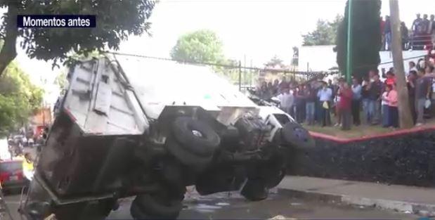 Un camión recolector de basura volcó en la zona centro de la delegación Cuajimalpa. (Noticieros Televisa)