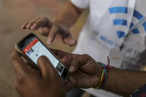 Vista de un smartphone con una aplicación de videos (Getty Images)