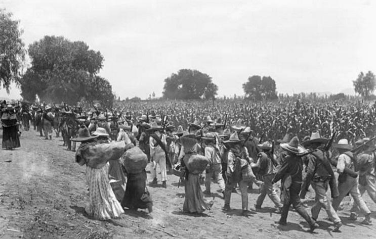 Un grupo de zapatistas avanzan sobre parajes de Xochimilco en 1914 (Getty Images)