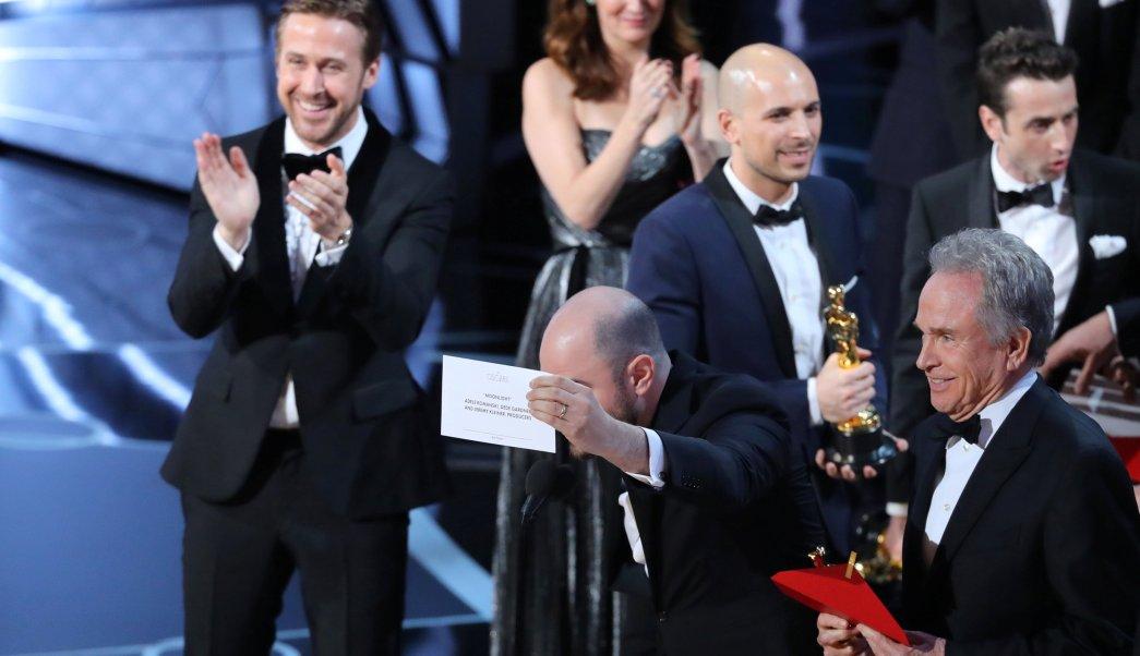 El productor Jordan Horowitz muestra la tarjeta que contienen el nombre de la película ganadora a su derecha está el presentador Warren Beatty que erróneamente dijo el nombre de otra película. (Reuters)