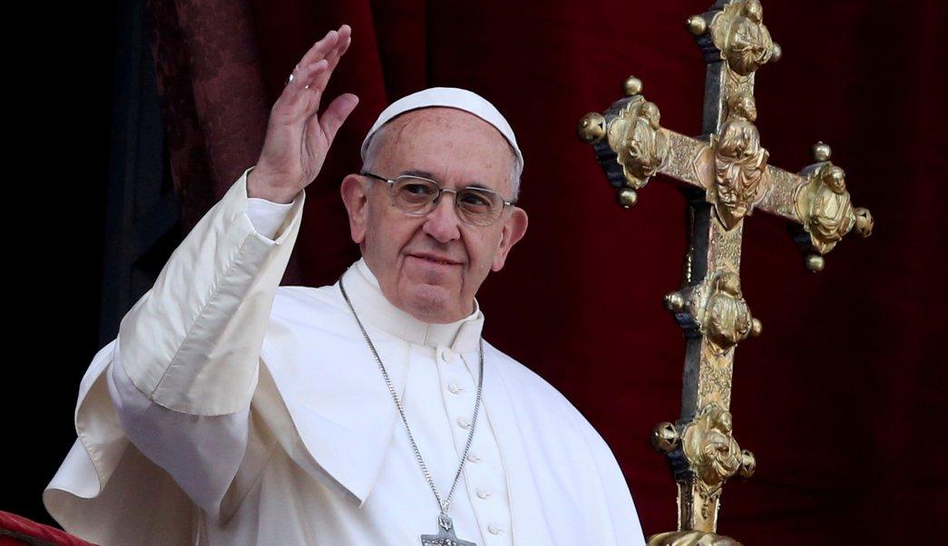 El papa Francisco en el balcón de la Plaza de San Pedro en el Vaticano (Reuters)