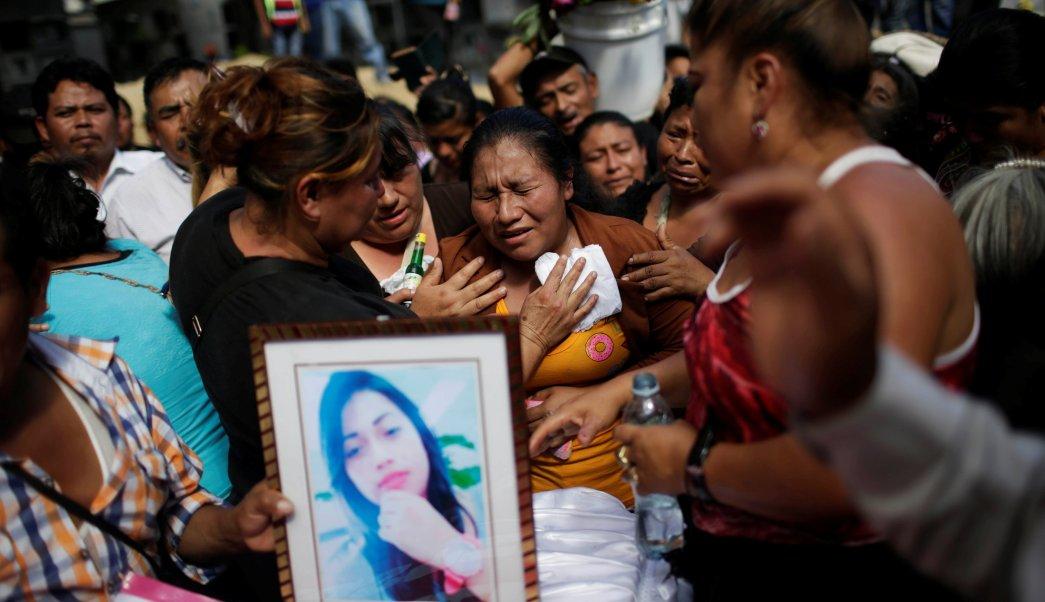 Una mujer llora durante el funeral de Siona Hernández, víctima de un incendio en el refugio de niños Virgen de Asunción, en Guatemala. (REUTERS)