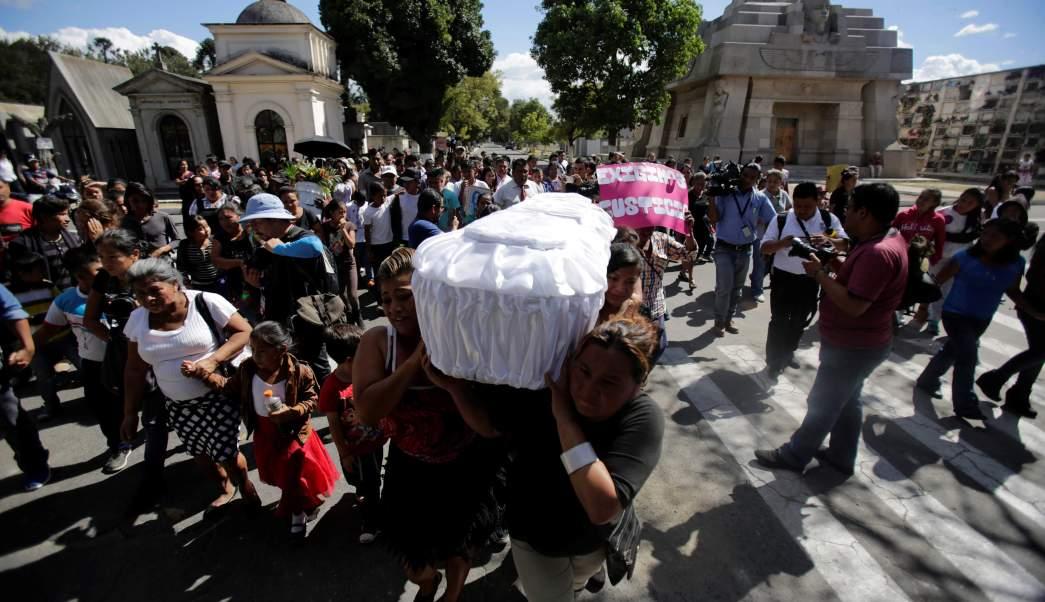 Amigos y familiares asisten al funeral de una de las niñas, víctima del incendio en el albergue infantil Virgen de Asunción, en Guatemala.(Reuters)