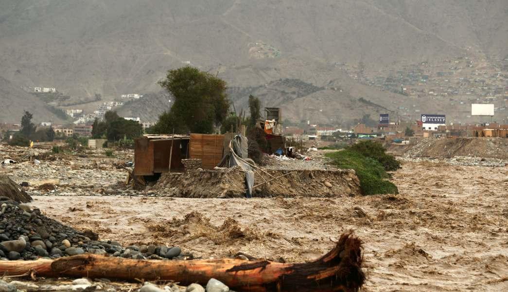 Una casa destruida se ve al lado del río Rimac tras las lluvias torrenciales que han causado inundaciones y destrucción generalizada en Huachipa, Lima. (Reuters)