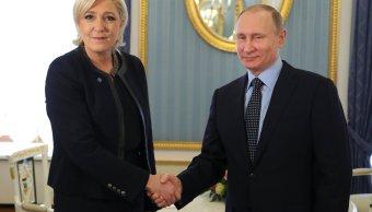 El presidente ruso, Vladimir Putin, estrecha su mano con Marine Le Pen, líder del partido político del Frente Nacional francés (FN) y candidata a las elecciones presidenciales francesas de 2017. (Reuters)