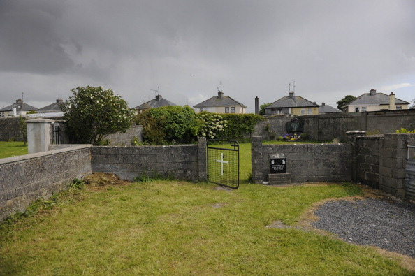 Patio de un convento donde fueron encontrados los cuerpos de varios niños en una fosa común en Tuam, Co. Galway, Irlanda. (Getty Images)