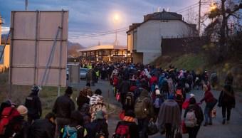 Decenas de inmigrantes esperan que se les permita pasar a Austria. (Getty Images, archivo)