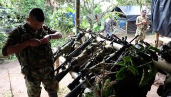 Un miembro del Sexto Frente de las FARC pone su arma en un bastión en un campo de desmovilización en los últimos días antes de ser devueltos al gobierno en Miranda, Colombia. (Getty Images/archivo)