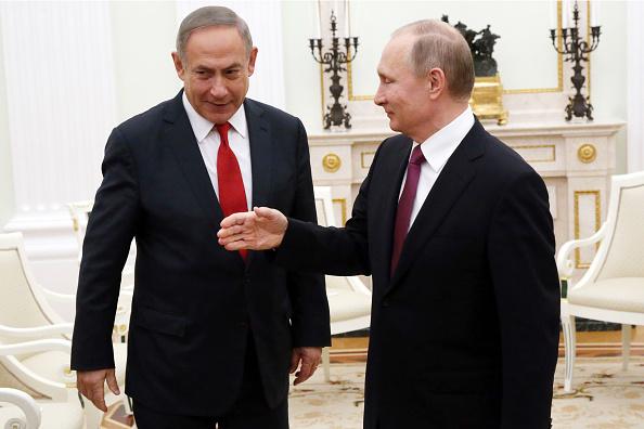 El presidente ruso Vladimir Putin saluda al primer ministro israelí Benjamin Netanyahu durante sus conversaciones en el Kremlin. (Getty Images)