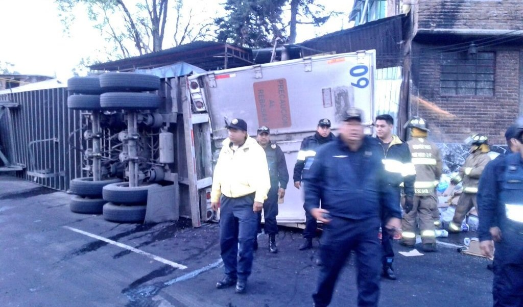 Bomberos y policías de la Ciudad de México atienden accidente en la salida a Cuernavaca (Twitter @Iberomed)