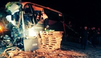 Personal de urgencias atiende accidente en la carretera Saltillo-Concepción del Oro; dos personas mueren en el incidente (Twiitter @elguardianmx)