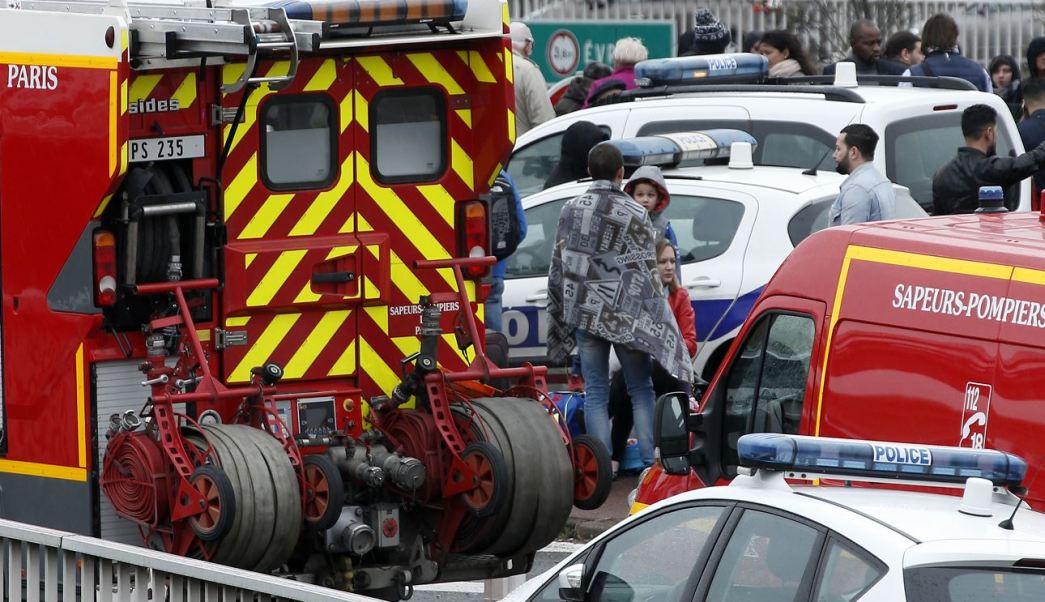 Numerosos pasajeros y ocupantes fueron dirigidos al exterior de un perímetro de seguridad. (AP)