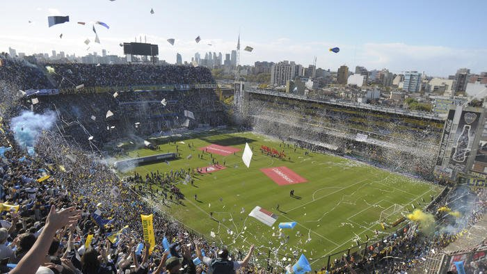 Aficionados observan un partido de la Liga Argentina de Futbol.