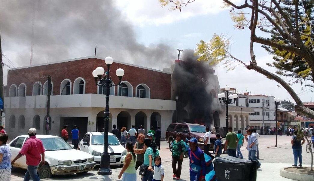 La presidencia municipal de Ocozocoautla permanece resguardada por 100 elementos de la Policía estata. (Noticieros Televisa)