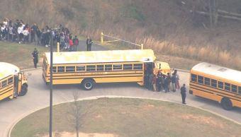 Desalojan una escuela de educación media superior por una amenaza de bomba en Georgia, Estados Unidos. (@Fox5Tiffany)