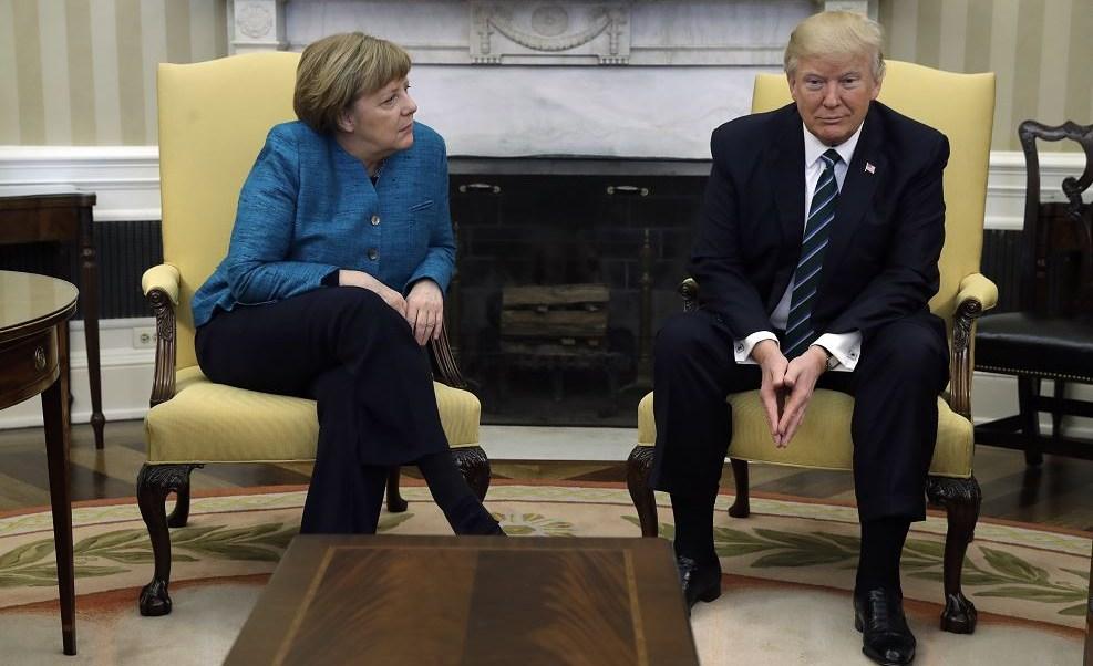 El presidente Donald Trump se reúne con la canciller alemana Angela Merkel en la Oficina Oval de la Casa Blanca en Washington. (AP)