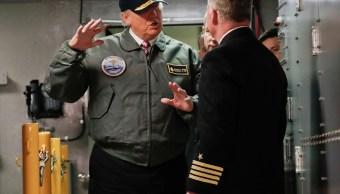 """El presidente Donald Trump habla con el Capitán Richard """"Rick"""" McCormack durante una visita por el portaaviones nuclear Gerald R. Ford. (AP)"""