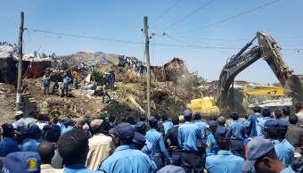 Cuerpos de emergencia apoyan en las labores de rescate tras el deslizamiento de tierra en un basurero. (AP Photo / Elias Meseret)