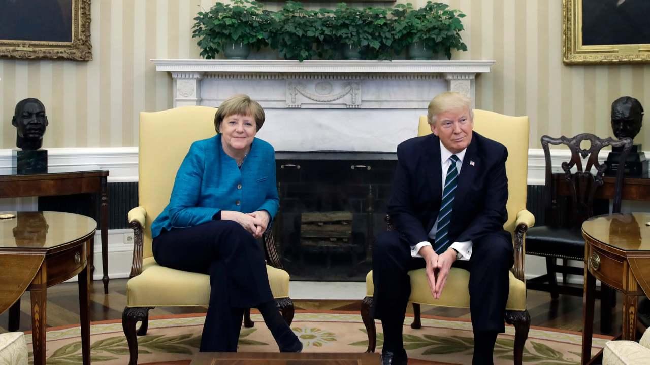 El presidente Donald Trump y la canciller alemana, Angela Merkel, se reúnen en la Oficina Oval de la Casa Blanca en Washington. (AP)