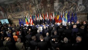 El presidente del Parlamento Europeo, Antonio Tajani, el Primer Ministro italiano Paolo Gentiloni, el Presidente del Consejo Europeo, Donald Tusk, y el Primer Ministro de Malta, Joseph Muscat, esperan el inicio de la ceremonia en el Campidoglio, sede del Ayuntamiento romano. (AP)
