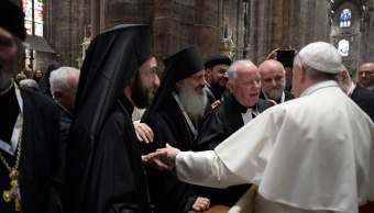 El papa Francisco saluda a los sacerdotes durante una reunión con miembros de la Iglesia Católica, dentro de la Catedral Duomo de Milán. (AP)