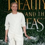 La actriz británica Emma Thompson llega para la premier de la bella y bestia en Londres (AP)