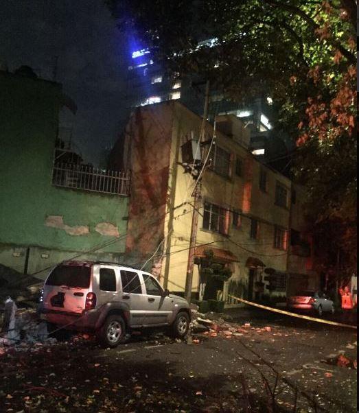 Como consecuencia de la lluvia de este jueves, un árbol cae sobre una barda, dos vehículos y sobre cables de alta tensión. (Twitter@CFE_ValleMex)