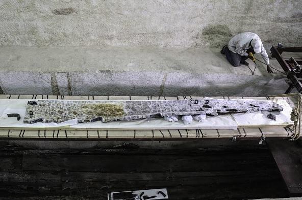 Arqueólogos y expertos en conservación extrajeron la pieza de una fosa cerca de la pirámide de Giza.
