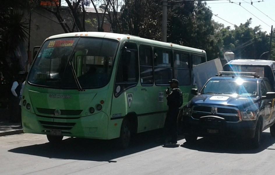 Una persona falleció a bordo de un camión de la ruta 99 en la delegación Azcapotzalco. (FOROtv/S. Servín)