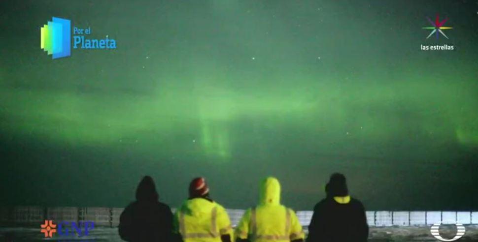 El equipo de Por el Planeta admira una aurora boreal en el cielo de Kaktovik (Por el Planeta/Noticieros Televisa)