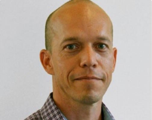 Gordon Douglas Chalmers está acusado de abuso de 900 menores; usaba cuenta falsa en Facebook de Justin Bieber (Twitter @kriskajoo)