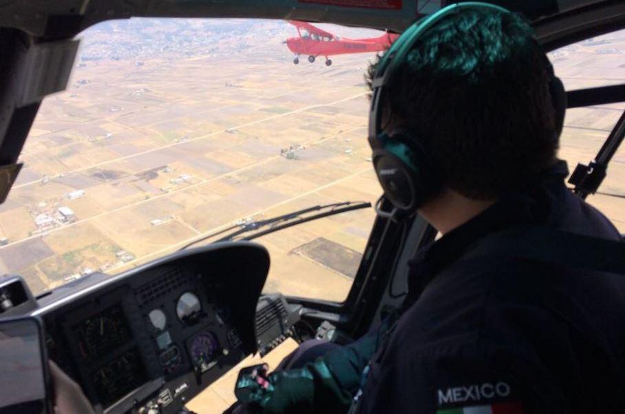 El helicóptero de la institución acompañó en el aire por varios minutos a la avioneta de dos plazas de color rojo, cuyo sistema eléctrico había colapsado (Twitter/@PoliciaFedMx)