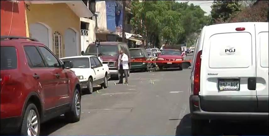 Peritos de la Procuraduría capitalina trabajan en la zona donde se registró una balacera (Noticieros Televisa)
