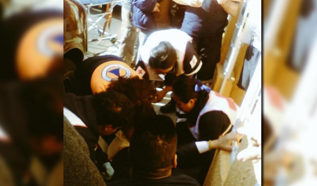 Personal de urgencias atiende a una persona que recibió un disparo en la colonia Caracol, ubicada en las inmediaciones del AICM (Twitter @alertasurbanas)