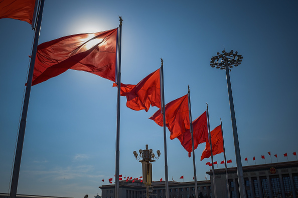 Banderas chinas ondean en la plaza de Tiananmen. (Getty Images)