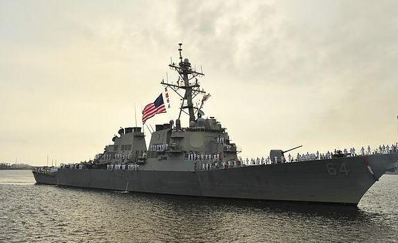El destructor estadounidense USS Carney zarpando de su base de Mayport. (ABC.es/archivo)
