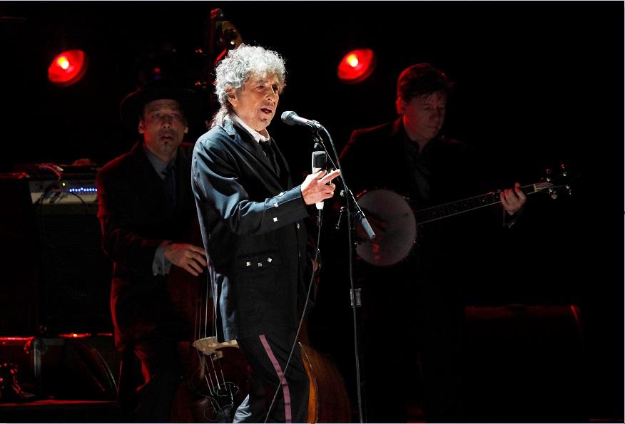 Bob Dylan participa en un evento realizado en Los Angeles; el cantautor no da señales de ofrecer un discurso para obtener el premio (Getty Images, archivo)